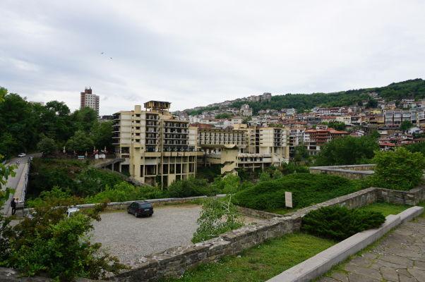 Interhotel vo Velikom Tarnove pri pohľade zo Svetej Gory