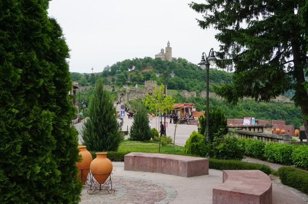 Pohľad na kopec a zvyšky pevnosti Carevec s Patriarchálnou katedrálou Božieho nanebovstúpenia vo Velikom Tarnove