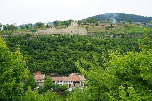 Pohľad na kopec a zvyšky pevnosti Trapezica v bulharskom meste Veliko Tarnovo