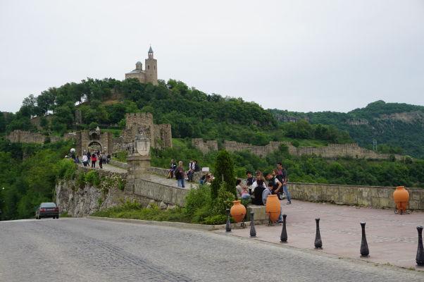 Pohľad na kopec s pevnosťou Carevec vo Velikom Tarnove, na jeho vrcholku Patriarchálna katedrála Božieho nanebovstúpenia