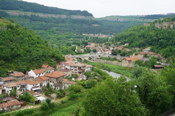 Pohľad z kopca Carevec na údolie rieky Jantra a Kostol sv. 40 mučenníkov v meste Veliko Tarnovo