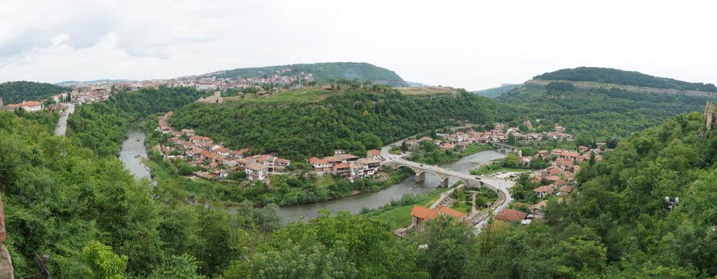 Pohľad na kopec a zvyšky pevnosti Trapezica a na mesto Veliko Tarnovo z kopca Carevec
