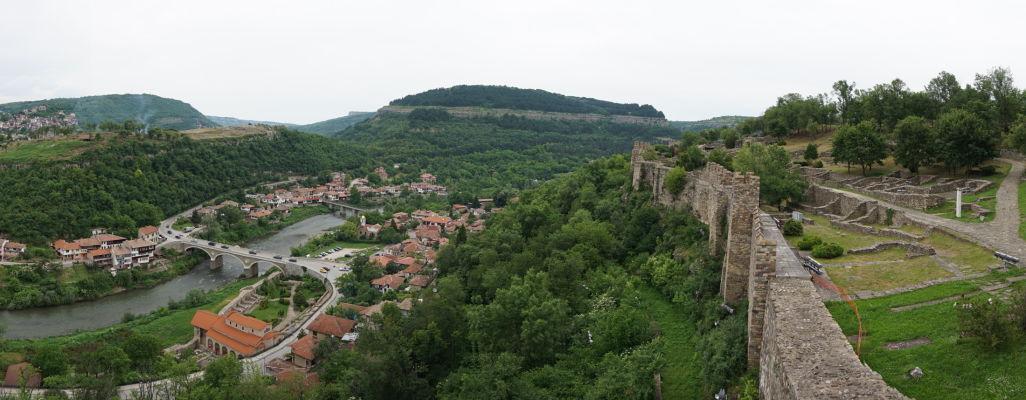 Pohľad z kopca Carevec na zvyšky pevnosti (vpravo), údolie rieky Jantra a Kostol sv. 40 mučenníkov (dolu) a kopec s pevnosťou Trapezica (vľavo) v meste Veliko Tarnovo