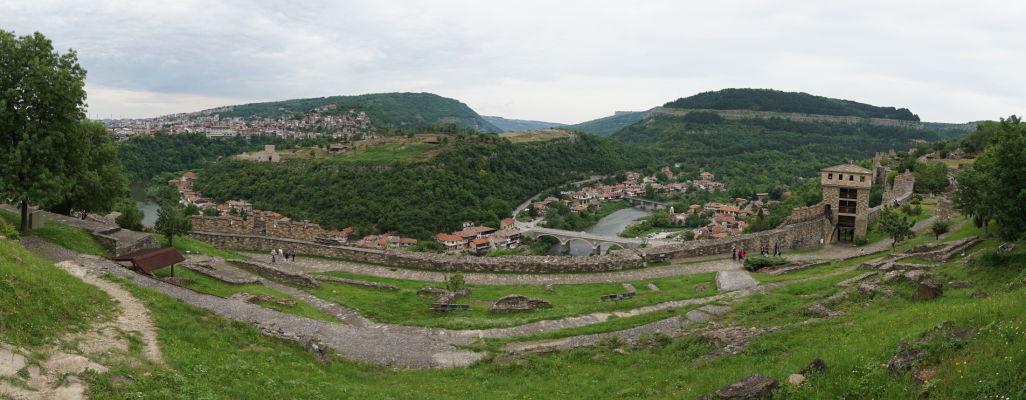 Pohľad z kopca Carevec na mesto Veliko Tarnovo a kopec s pevnosťou Trapezica