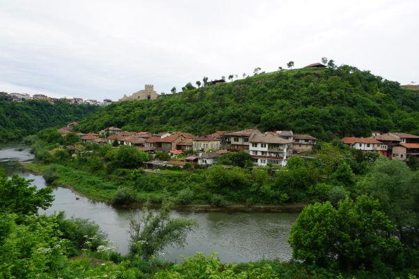 Pohľad na kopec s pevnosťou Trapezica z údolia rieky Jantra vo Velikom Tarnove