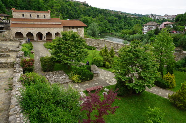Kostol sv. 40 mučenníkov vo Velikom Tarnove je obklopený zeleňou