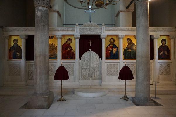 Ikonostas v Kostole sv. 40 mučenníkov vo Velikom Tarnove spolu so stĺpmi bulharských cárov