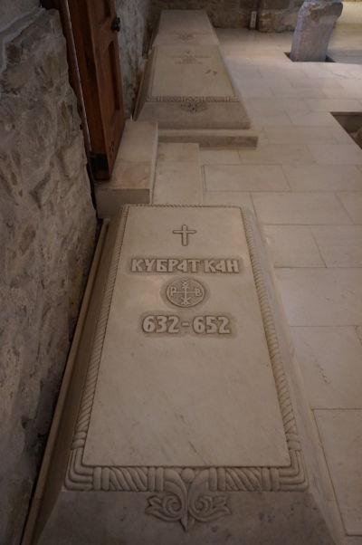 Sarkofág Kubrata Chana v Kostole sv. 40 mučenníkov vo Velikom Tarnove - ide o vládcu považovaného za prvého zjednotiteľa Bulharov