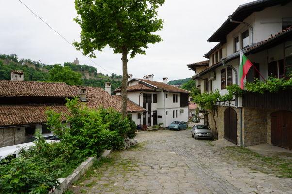 Malebné uličky vo Velikom Tarnove a ich domy s typickou miestnou architektúrou - tak vyzerá cesta ku Kostolu sv. Demetera