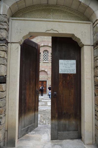 Vstupný portál ku Kostolu sv. Demetera vo Velikom Tarnove