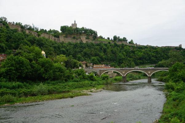 Pohľad na kopec s pevnosťou Carevec z údolia rieky Jantra vo Velikom Tarnove