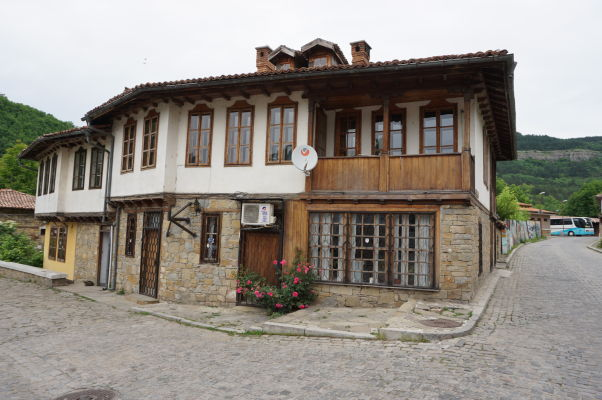 Malebné uličky vo Velikom Tarnove a ich domy s typickou miestnou architektúrou