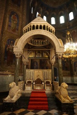 Trón pre patriarchu - Mramorom sa nešetrilo