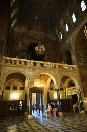 Katedrála Alexandra Nevského v Sofii - Mramorový chórus nad hlavným vchodom