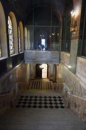 Vstup do múzea v krypte Katedrály Alexandra Nevského