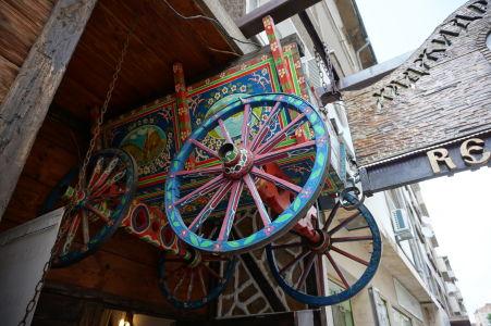 Reštauráciu Hadjidraganovite Izbi spoznáte podľa pomaľovaného vozu nad vchodom