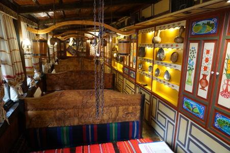 Interiéry reštaurácie majú rustikálny charakter