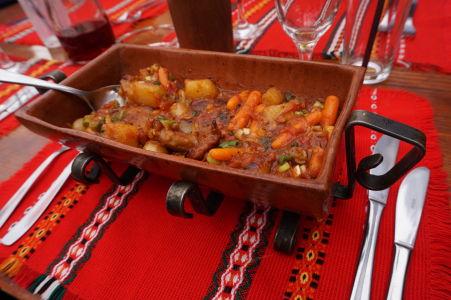 Obľúbený štýl podávania jedla v Bulharsku - hlinené korýtko