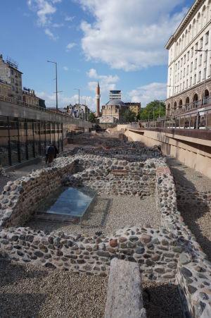 Ruiny rímskeho mesta v centre Sofie (v pozadí mešita Banja Baši)