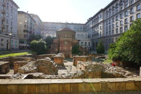 Rotunda sv. Juraja - Archeologické nálezisko v okolí kostolíka s rímskymi ulicami