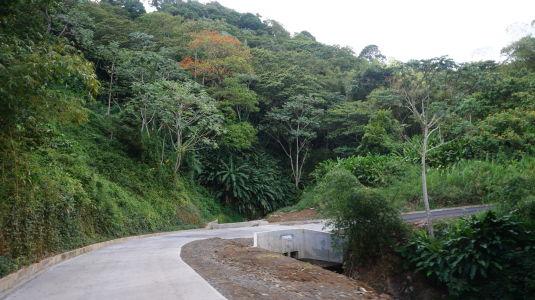 Prejazd horami stredom Grenady - Cesta je úzka, ale v dobrom stave