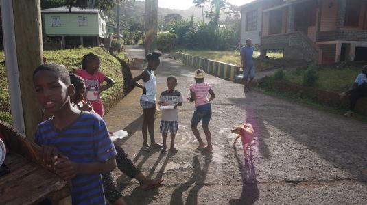 Prejazd horami stredom Grenady - I tu sa nájde občas dáka dedinka s domorodcami