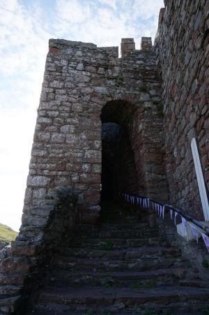 Vstupný portál do hradu v Peeli