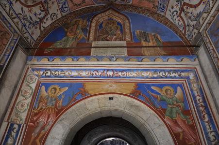 Zdobený južný vchod do kláštora Rila - Hore Mária s dieťaťom a Ján Krstiteľ, dolu archanjeli Michal a Gabriel