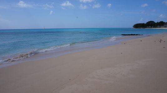 Tyrkysové more na pláži Paradise Beach na Barbadose