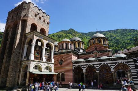 Hlavný kostol na nádvorí kláštora v Rile a zvonica Hrelja