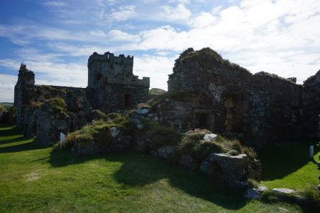 Vnútro hradu v Peeli