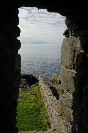 Výhľad zo strielne hradu v Peeli na more