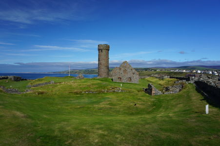 Vnútro hradu v Peeli a kruhová veža, ktorá bola kedysi súčasťou keltského kláštora