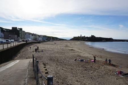 Piesočná pláž v meste Peel - v pozadí silueta hradu