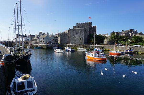 Hrad Rushen a záliv v meste Castletown na ostrove Man