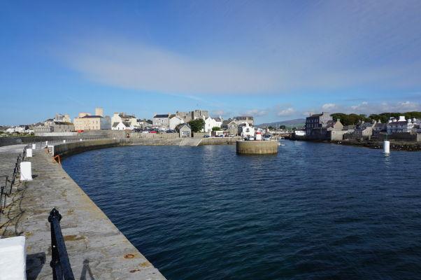 Pohľad na Castletown na ostrove Man z móla od majáku