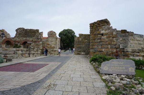 Vstupná brána v ruinách opevnenia Nesebaru