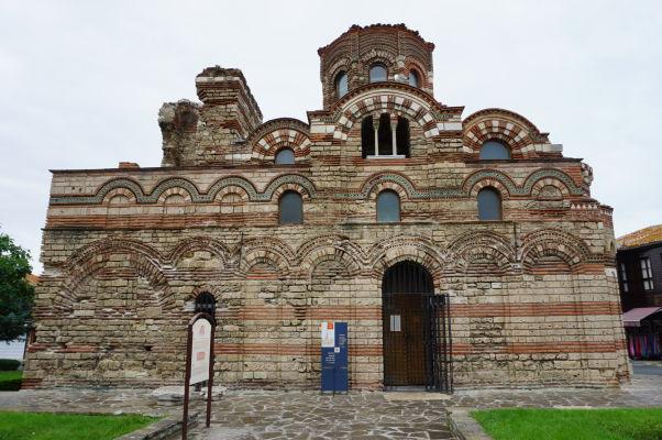 Kostol Krista Pantokratora v Nesebare - úplne vpravo nad spodným oblúkom je možné vidieť reliéf svastiky reprezentujúcej Slnko