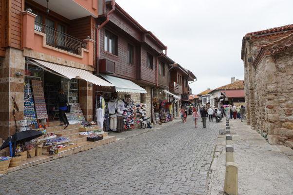Obchodíky v typických drevených domčekoch v uličkách Nesebaru