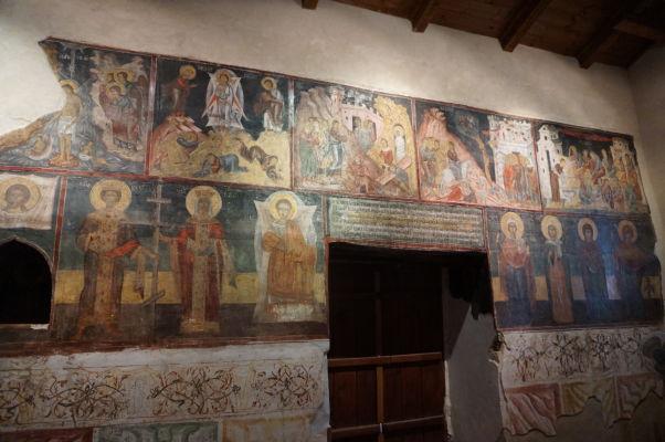 Fresky v Kostole sv. Spasiteľa v Nesebare - hore Ježišove zázraky, dole ikony svätcov