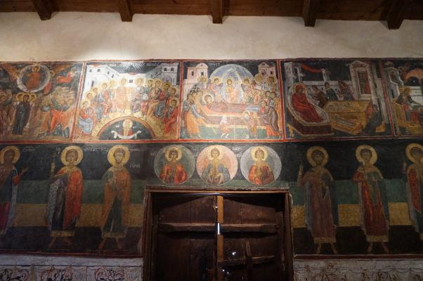 Fresky v Kostole sv. Spasiteľa v Nesebare - hore výjavy z Evanjelia, dole ikony svätých
