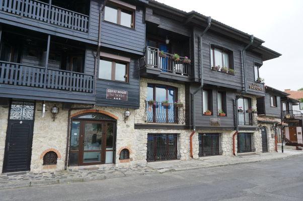 Typické drevené domčeky v uličkách Nesebaru - väčšina obyvateľov sa venuje turistickému ruchu, ako je možné vidieť i na týchto hoteloch