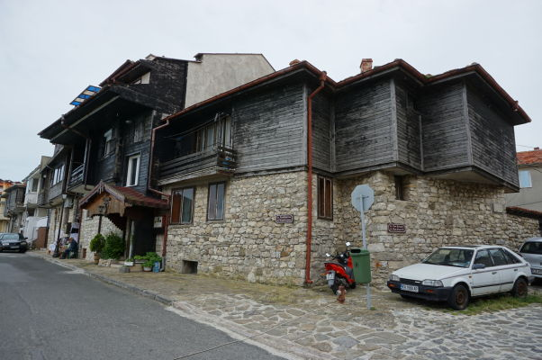 Typické drevené domčeky v uličkách Nesebaru