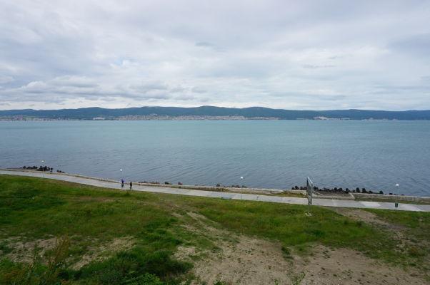 Výhľad z historického Nesebaru na náprotivný breh, kde sa rozprestierajú pláže