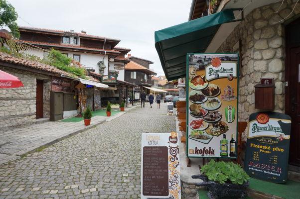 České menu a české nápoje v Nesebare - v pozadí reštaurácia Praga
