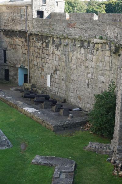 Mohutné hradby hradu Rushen v Castletowne na ostrove Man - nájdeme tu i niekoľko dobových kanónov