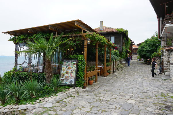 Typické kamenno-drevené domčeky v uličkách Nesebaru