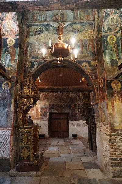 Freskami zdobené steny a vľavo trón z 18. storočia v Kostole sv. Štefana v Nesebare