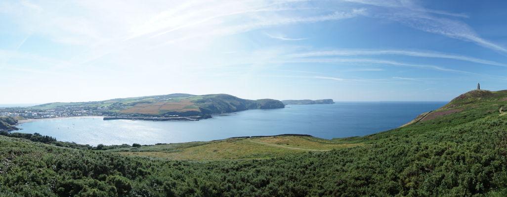 Mestečko a záliv Port Erin pri pohľade z Bradda Head na ostrove Man, úplne vpravo Milnerova veža
