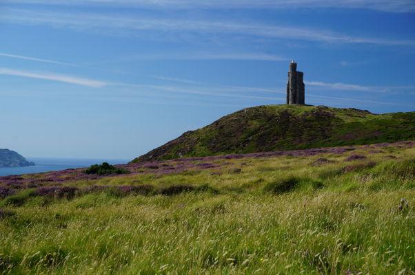 Milnerova veža pri pohľade z Bradda Head na ostrove Man